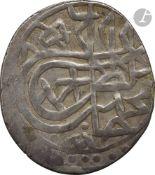 OTTOMANS 17 monnaies ottomanes en argent, la plupart avec tughra. 3 akçe datés 1003 H / 1594, 1012 H
