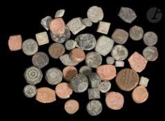 47 poids islamiques en cuivre et bronze, certains de la période médiévale De forme polyédrique,