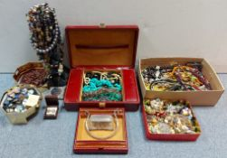 Various items of costume jewellery.