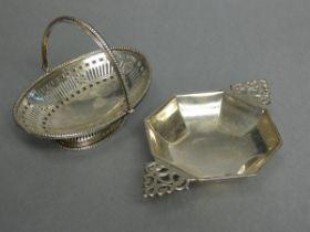 "A George V silver porringer of octagonal shape, with flat pierced side handles, 4"" wide (6¾"""
