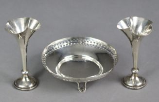 """A pair of silver small posy vases, 3½"""" high, Birmingham 1904 by Robert Pringle & Sons; & a"""