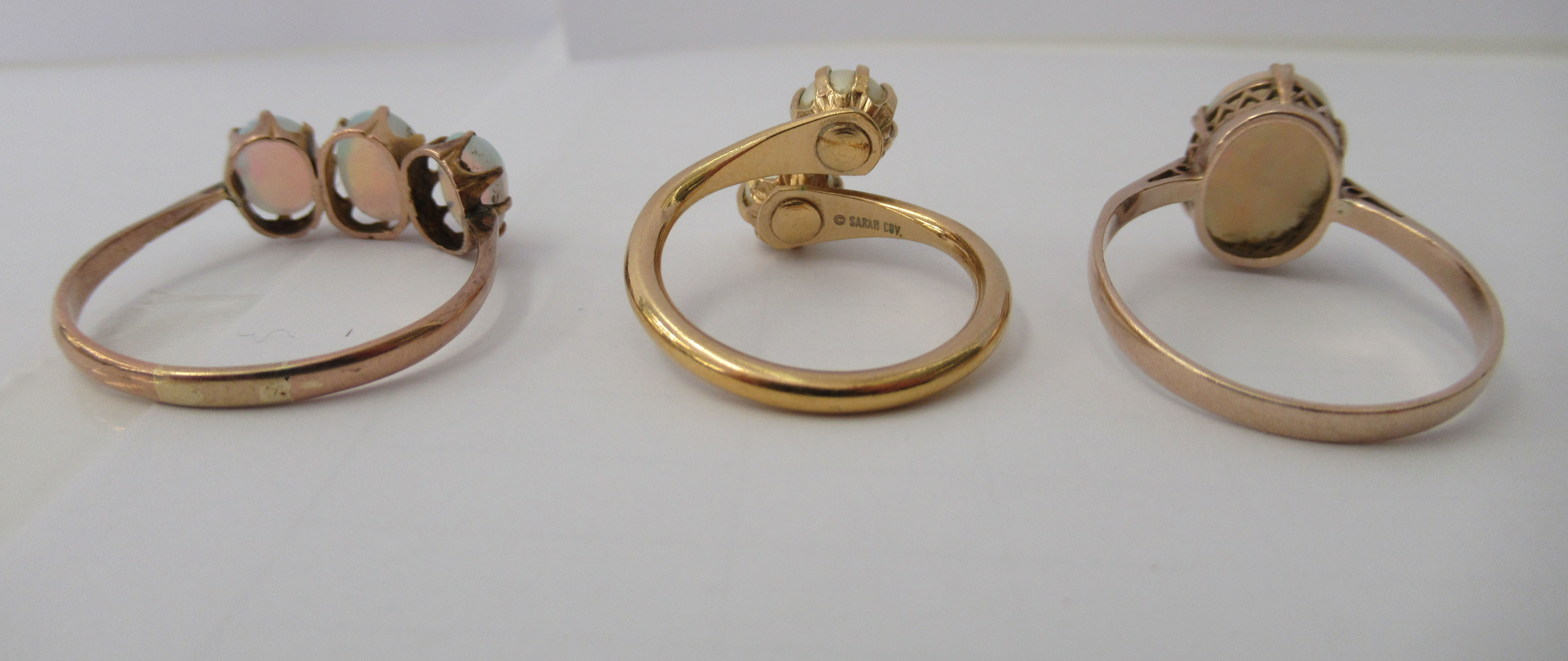 Three yellow metal rings and a white metal coloured ring, set with simulated pearls, opals and other - Image 4 of 5