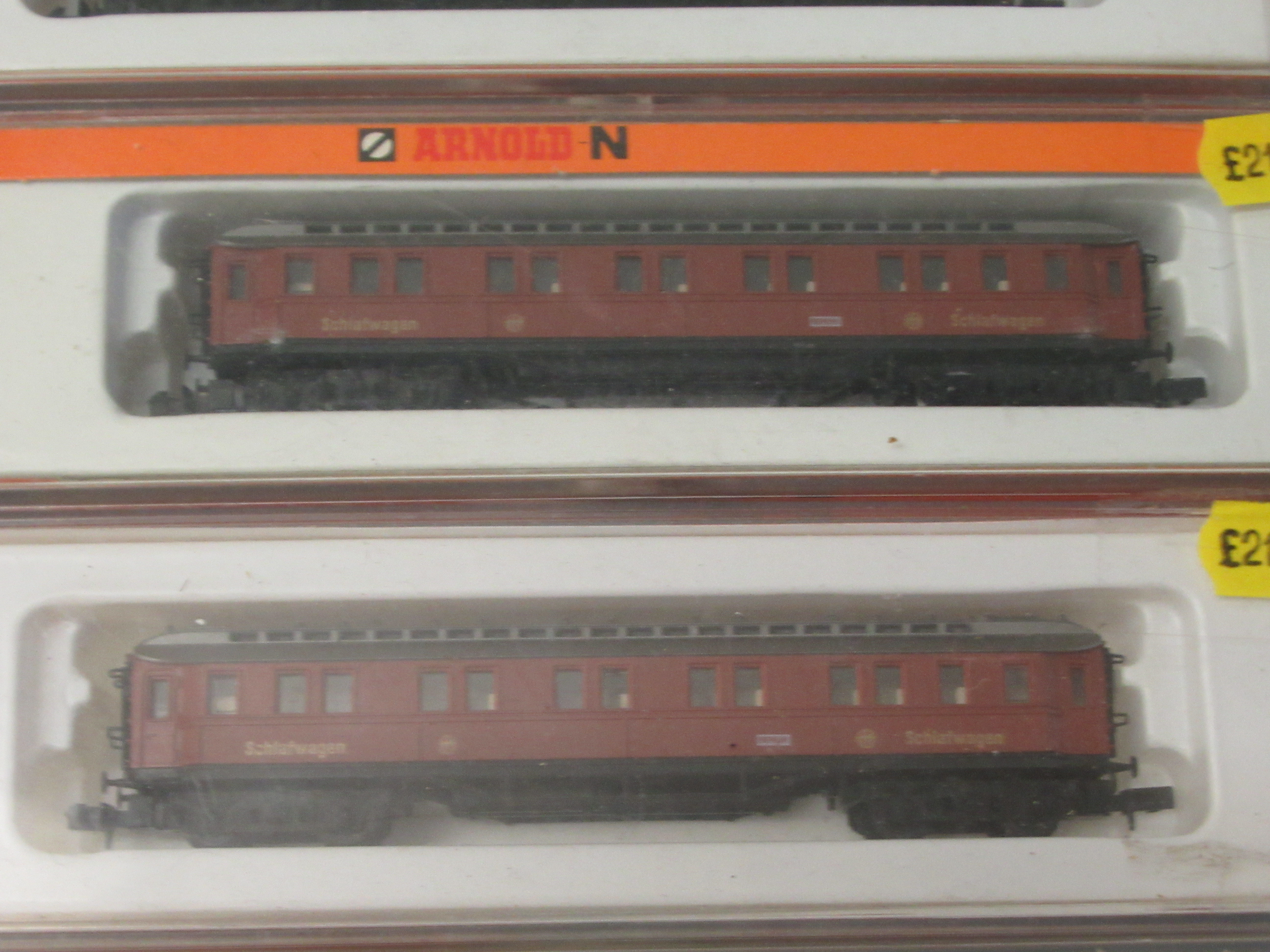 N gauge model railway accessories: to include four Arnold passenger coaches boxed - Image 3 of 4