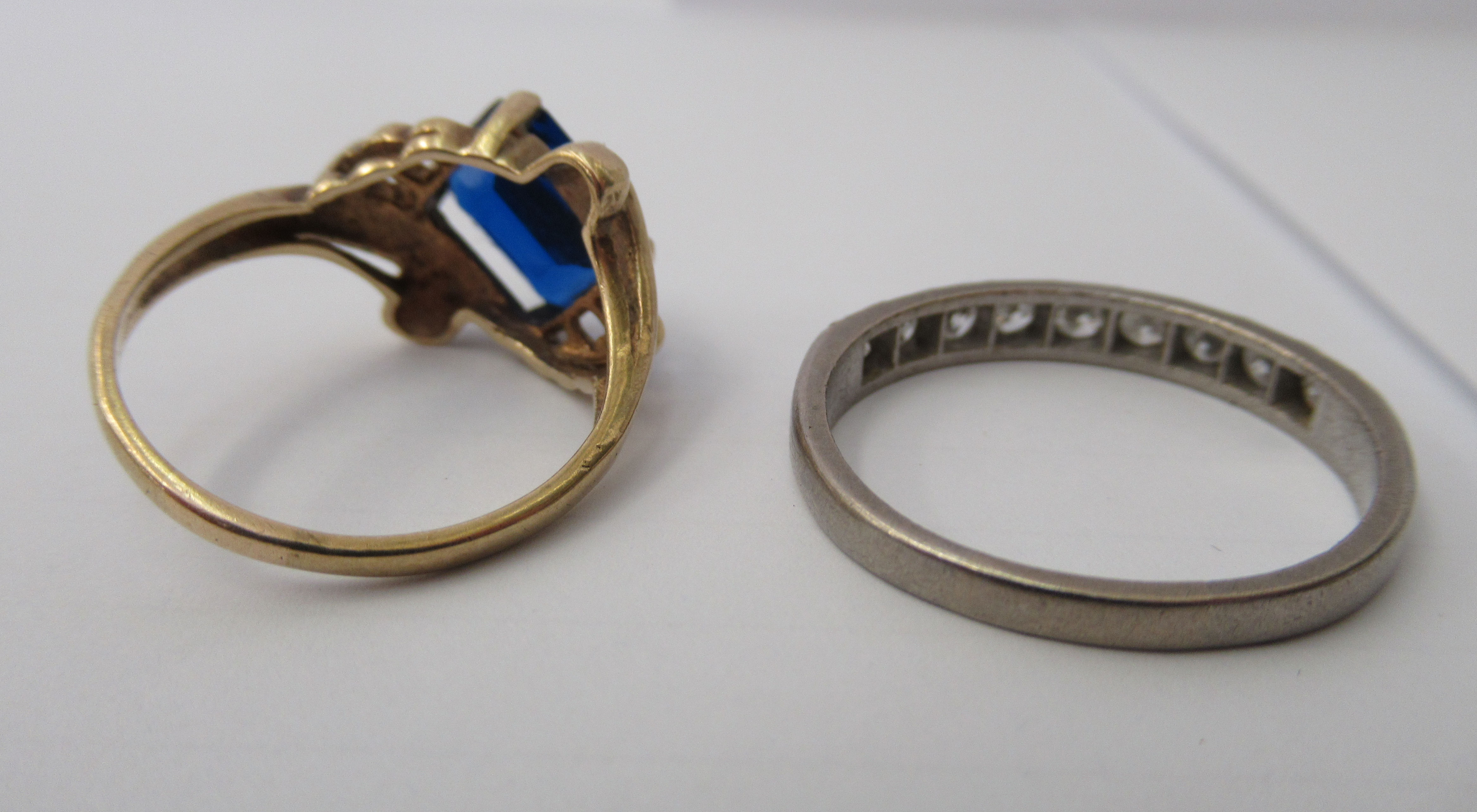 Three yellow metal rings and a white metal coloured ring, set with simulated pearls, opals and other - Image 2 of 5