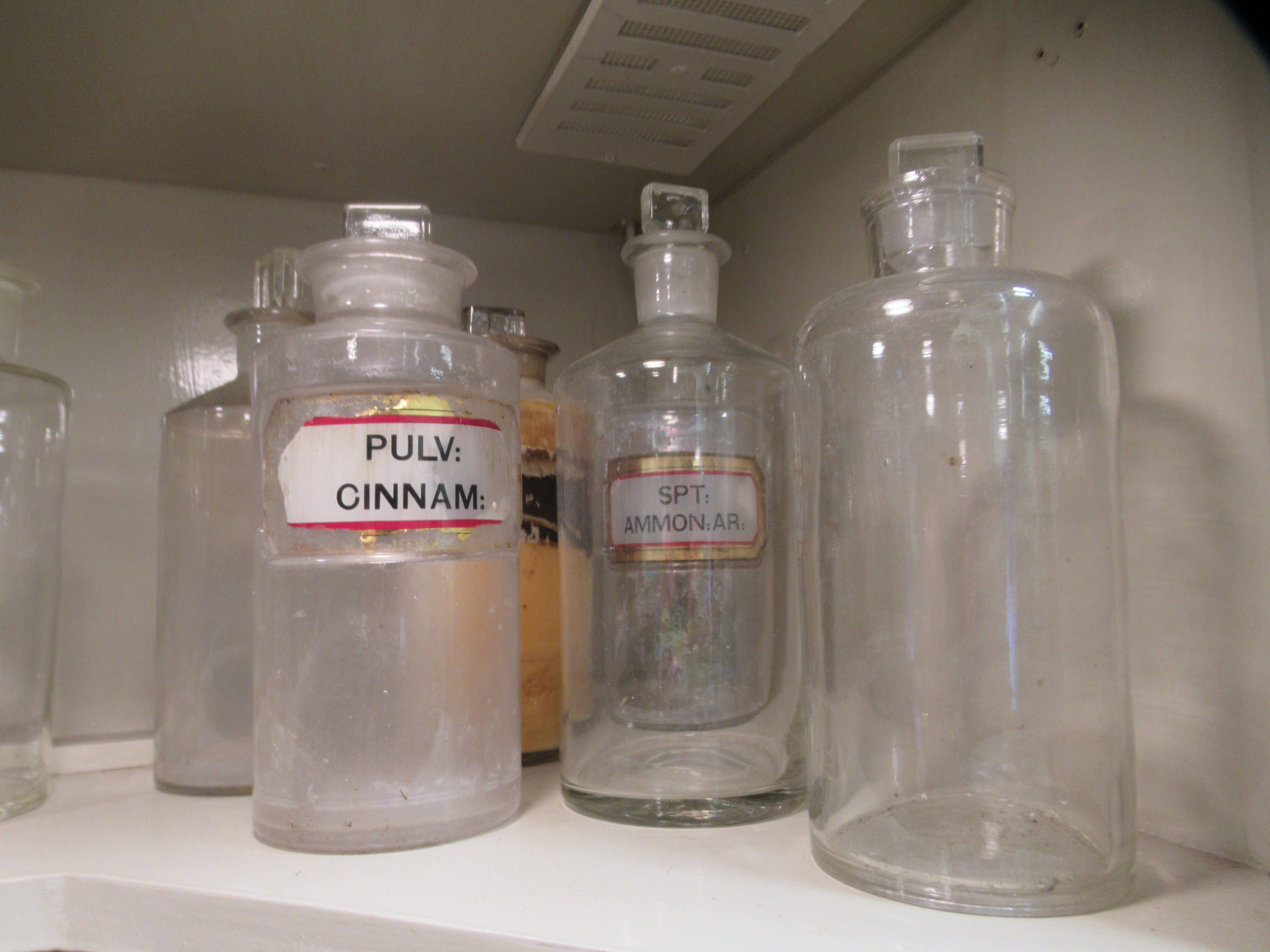 """Apothecary jars, various designs and sizes: to include 'Cinnam' 8""""h - Image 6 of 6"""