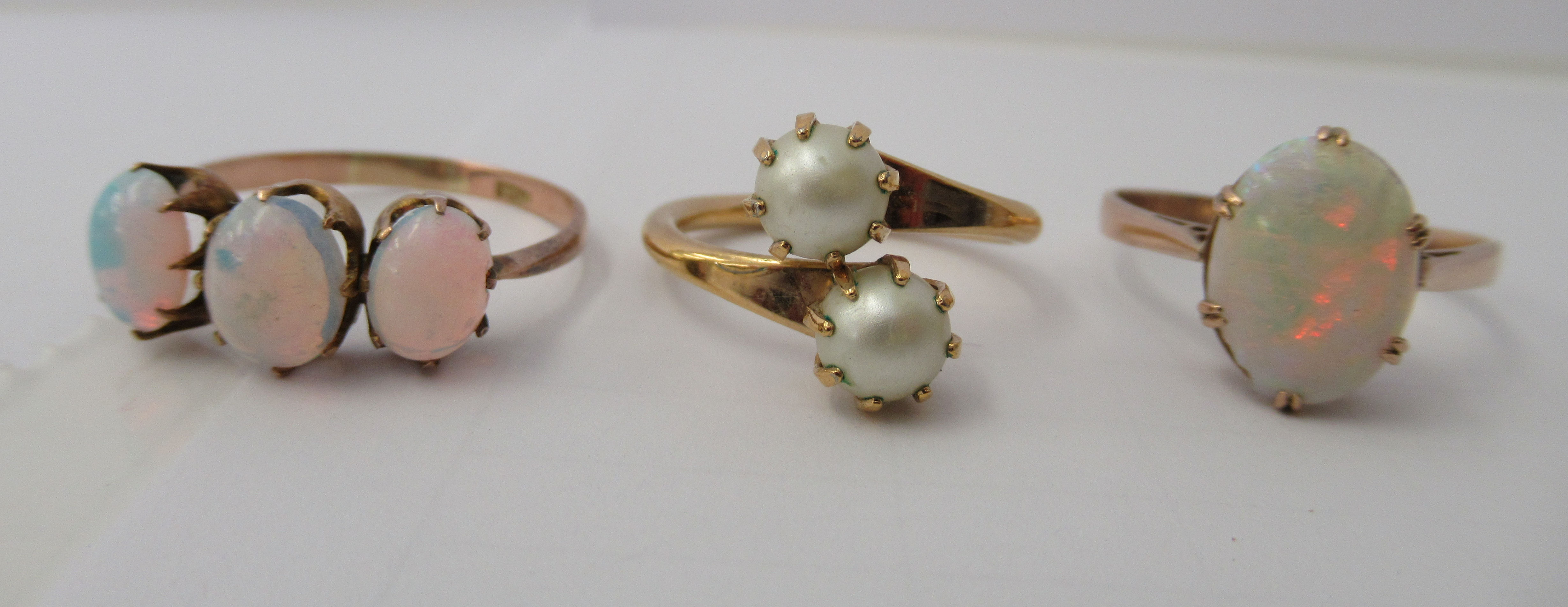 Three yellow metal rings and a white metal coloured ring, set with simulated pearls, opals and other - Image 3 of 5