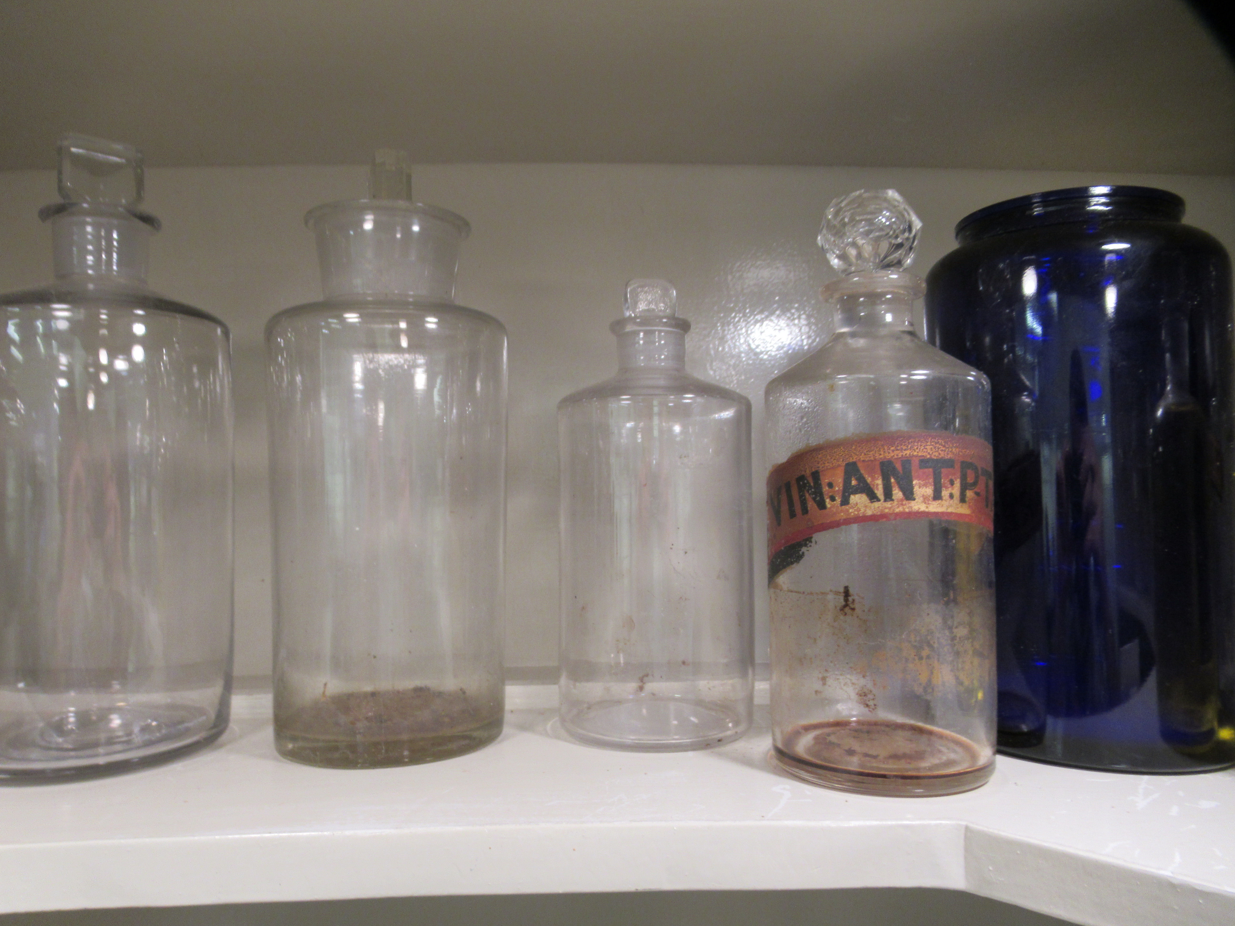 """Apothecary jars, various designs and sizes: to include 'Cinnam' 8""""h - Image 3 of 6"""