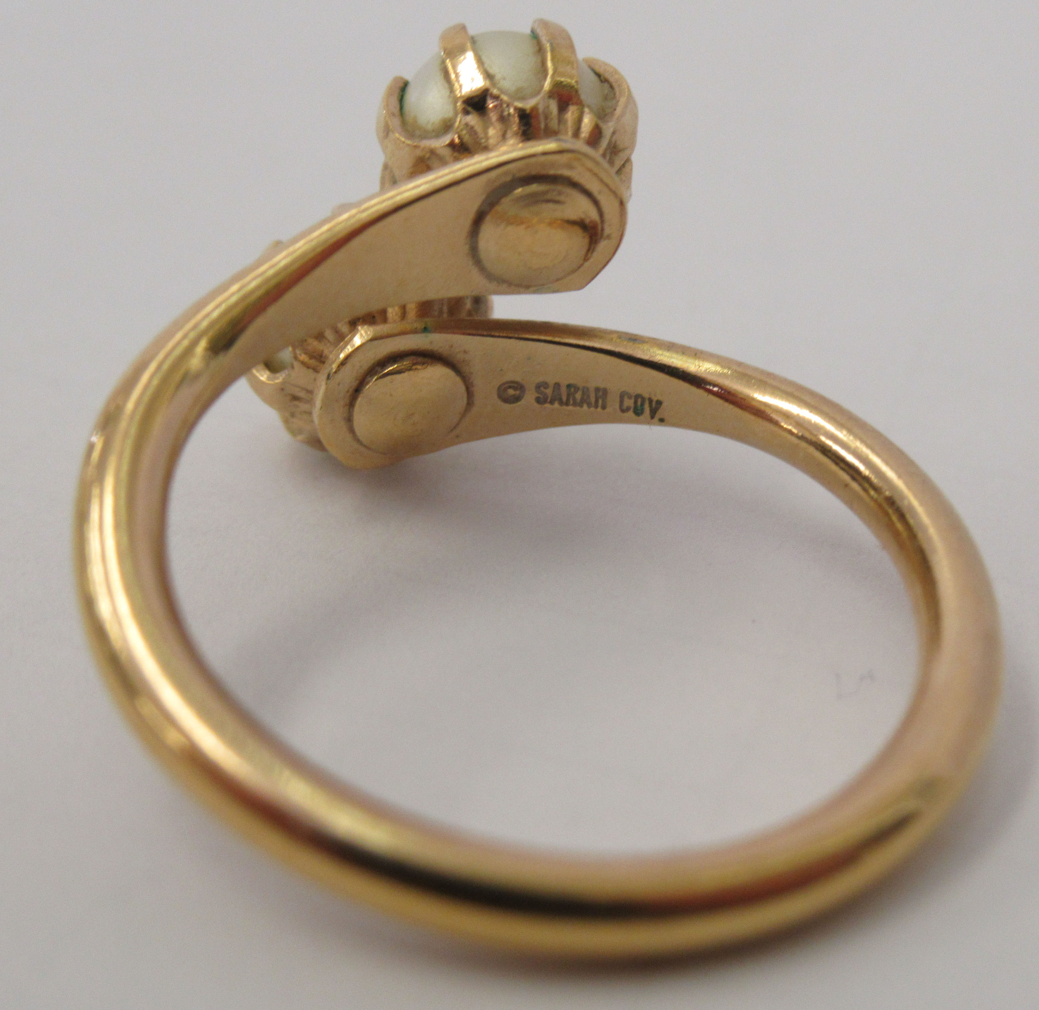 Three yellow metal rings and a white metal coloured ring, set with simulated pearls, opals and other - Image 5 of 5