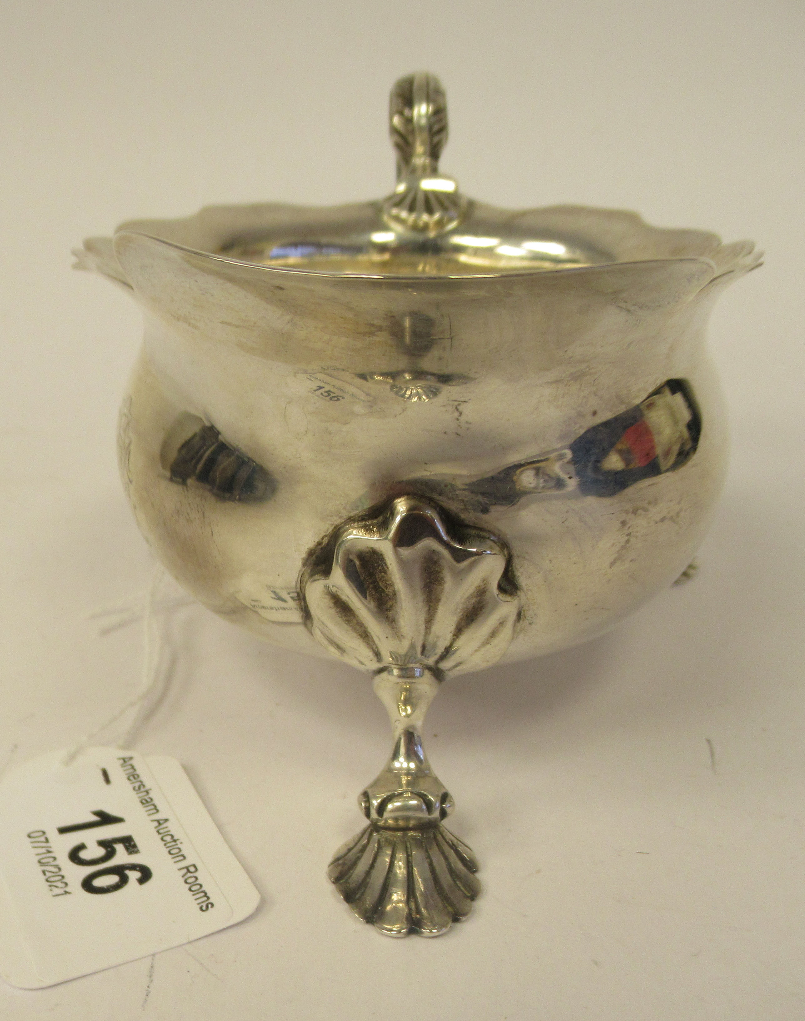An Edwardian silver sauce boat with a decoratively cut, flared, wavy rim, a shell and acanthus, C- - Image 2 of 9