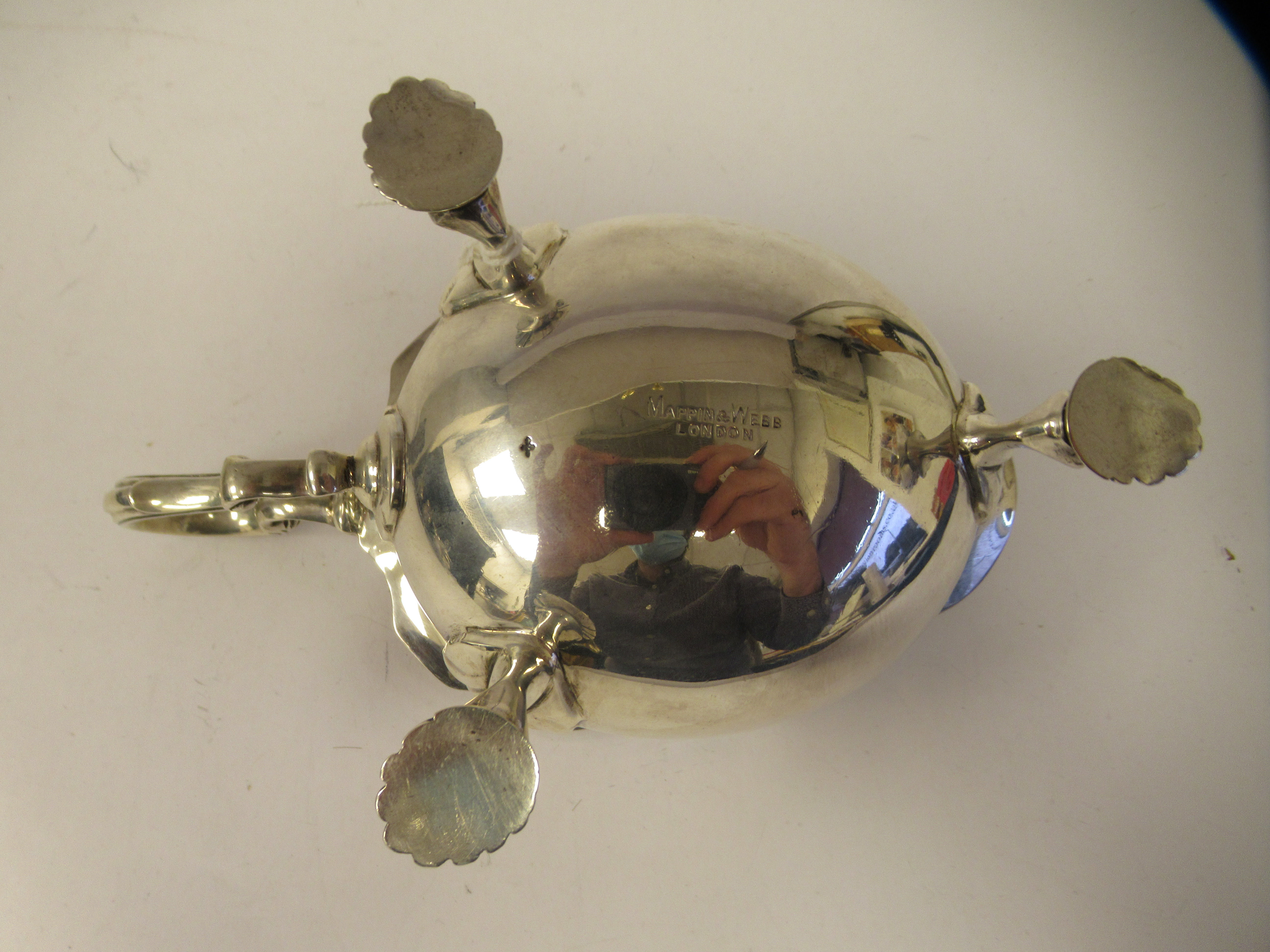 An Edwardian silver sauce boat with a decoratively cut, flared, wavy rim, a shell and acanthus, C- - Image 6 of 9