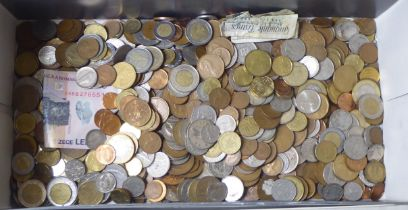 Uncollated coins and banknotes: to include Irish, Portuguese and Canadian dollars