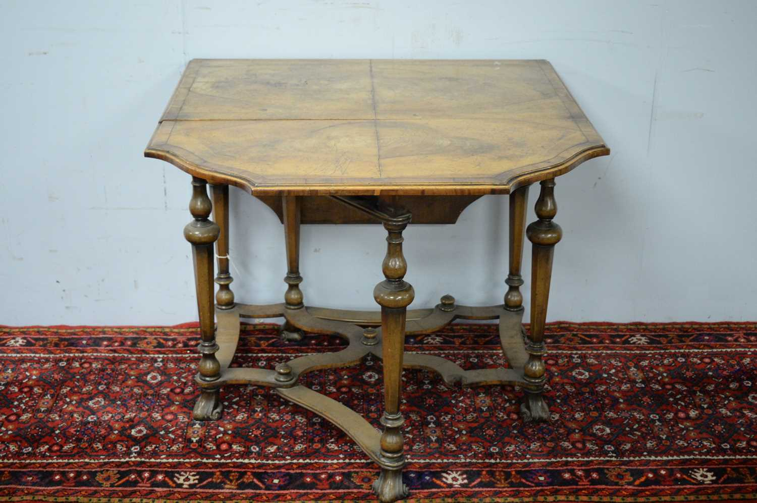 An early 20th Century Queen Anne style walnut drop leaf dining table - Image 3 of 5
