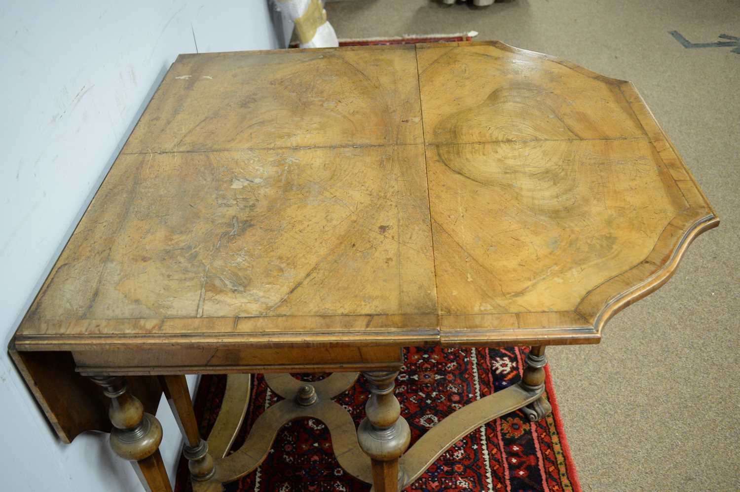 An early 20th Century Queen Anne style walnut drop leaf dining table - Image 5 of 5