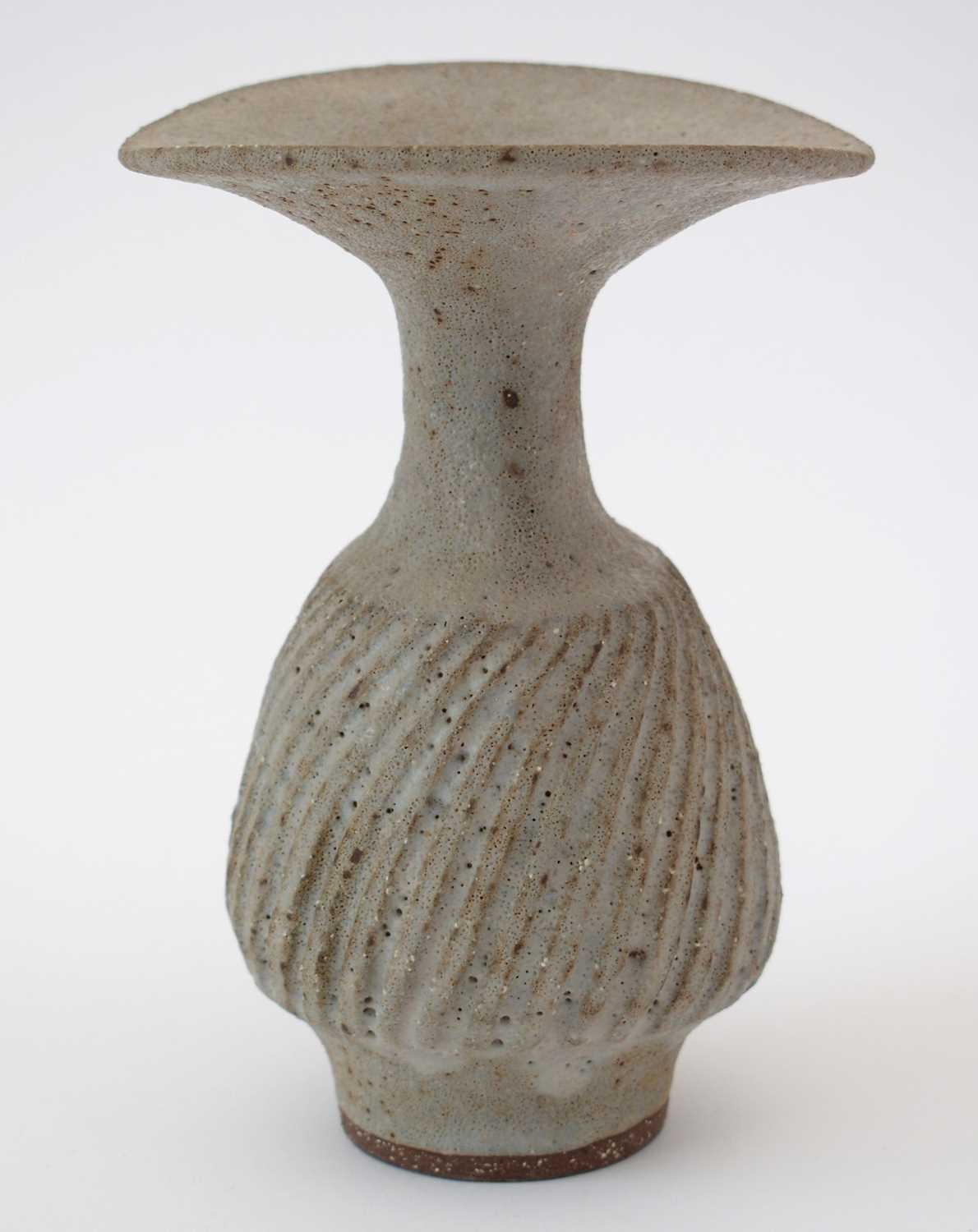 Lucie Rie: olive Stoneware vase - Image 3 of 9