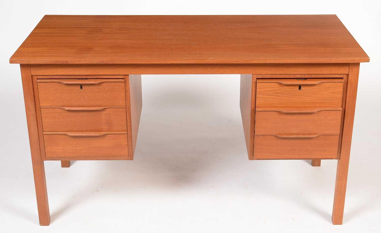 Bent Silberg, Mòbler: A Danish teak desk fitted six drawers
