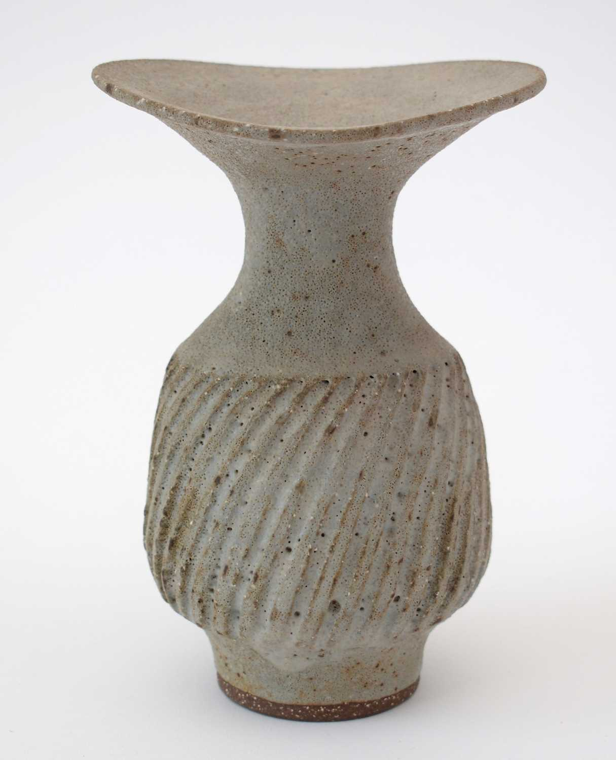 Lucie Rie: olive Stoneware vase - Image 4 of 9