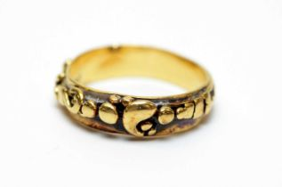 An 18ct gold band.