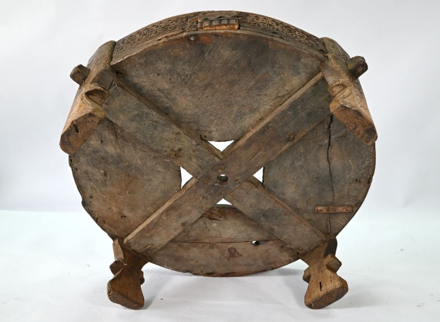 An antique Indian carved table - Image 5 of 5