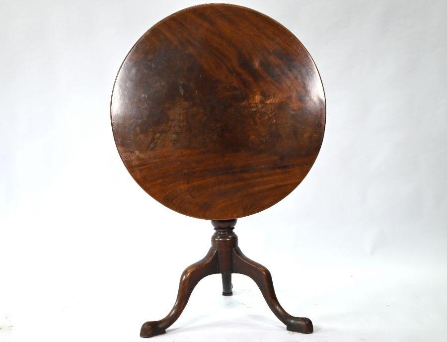 A Georgian mahogany circular tilt-top tripod table - Image 3 of 4
