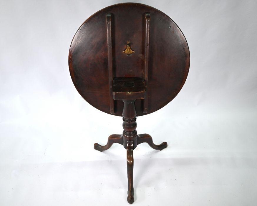 A Georgian mahogany circular tilt-top tripod table - Image 4 of 4