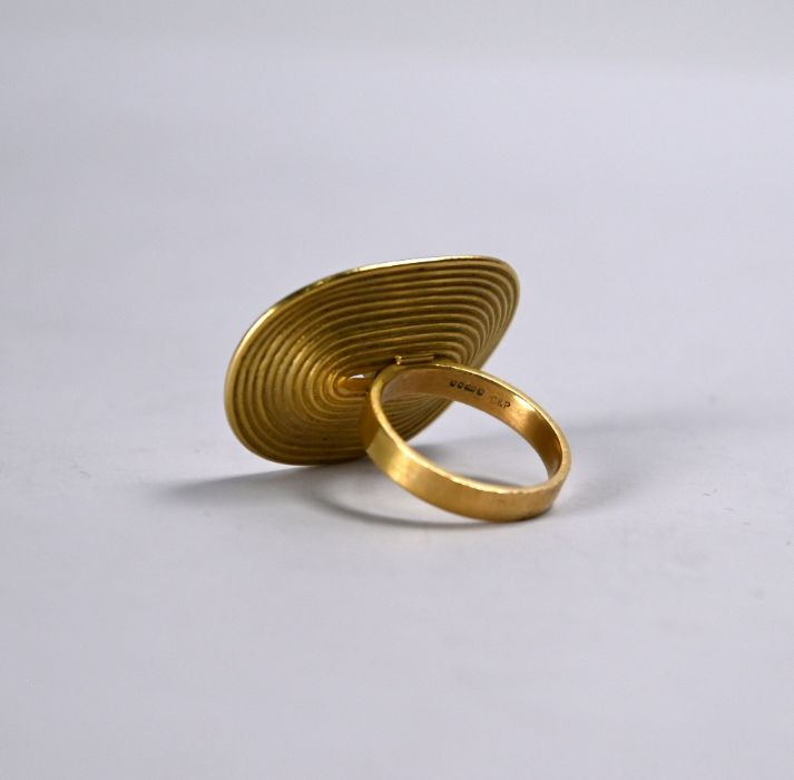 An oversize 18ct gold and diamond ring - Image 5 of 5