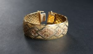 An 18ct gold tri-coloured bracelet with pointed oval links, 19cm long, approximately 72.