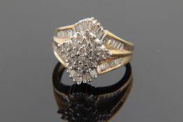 Diamant - Damenring gest. 10K für GG/WG 417, gestufter u. reich mit Diamanten in vers
