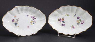 Paar Schalen mit erhabenen Blumen