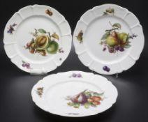3 Teller mit Beeren- und Früchtemalerei / 3 plates with fruits and berries, Nymphenburg, ...