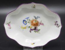 Schale mit Blumenbouquet und Schmetterling / A dish with flower bouquet and a butterfly, ...