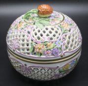 Große Deckeldose mit Erdbeeren / A large covered strawberry bowl, Herend, 2. Hälfte 20. Jh.