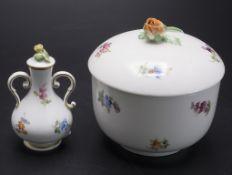 Zuckerdose mit Streublumen / A sugar bowl with cover and scattered flowers, Meissen, 19. Jh.