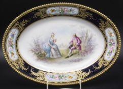 Servierplatte mit galanter Szene in Watteaumalerei / A serving plate with a gallant scene, ...
