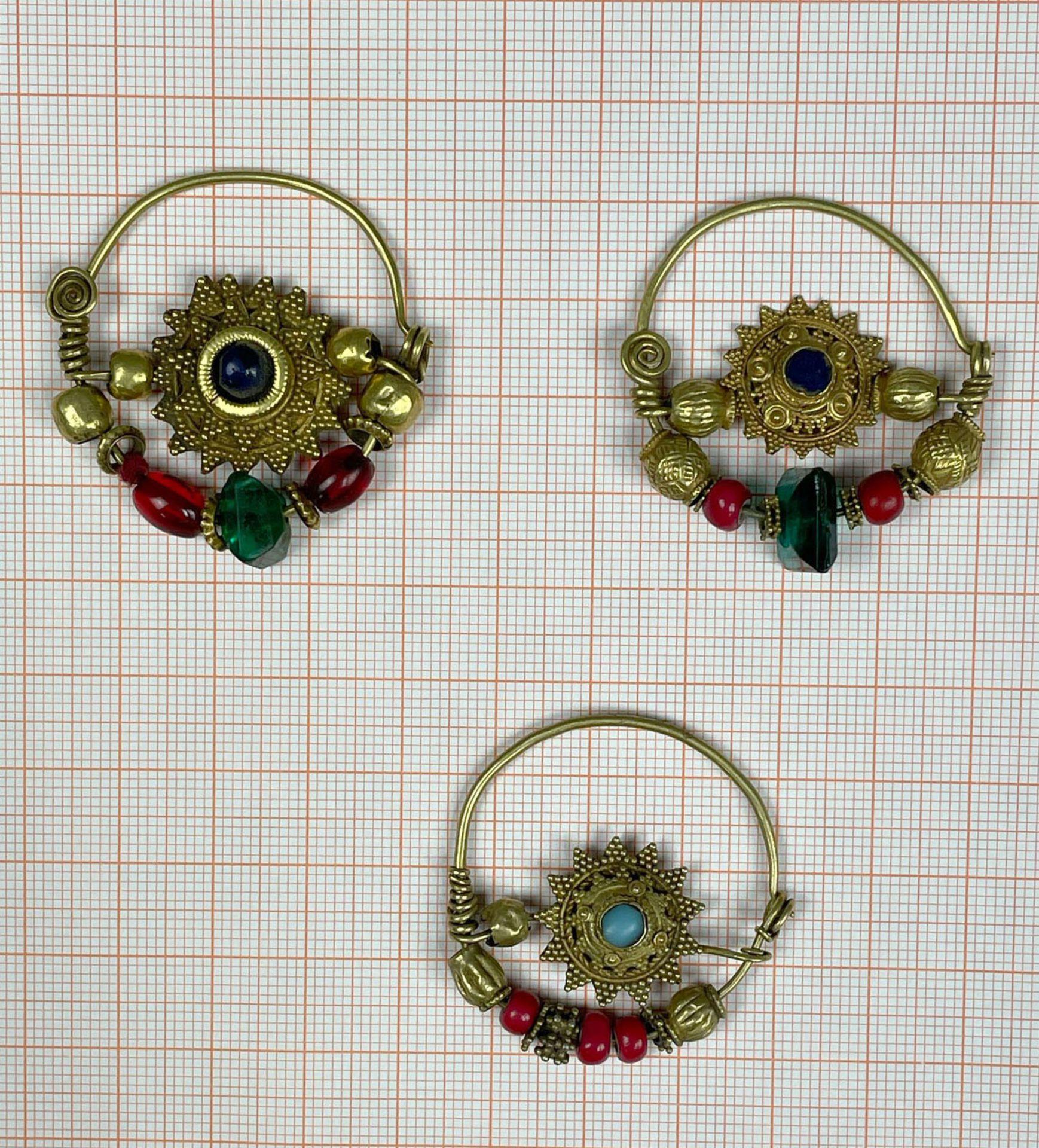 3 Anhänger, Ohrschmuck? Wohl Mogul Indien antik. Gold. - Image 9 of 10