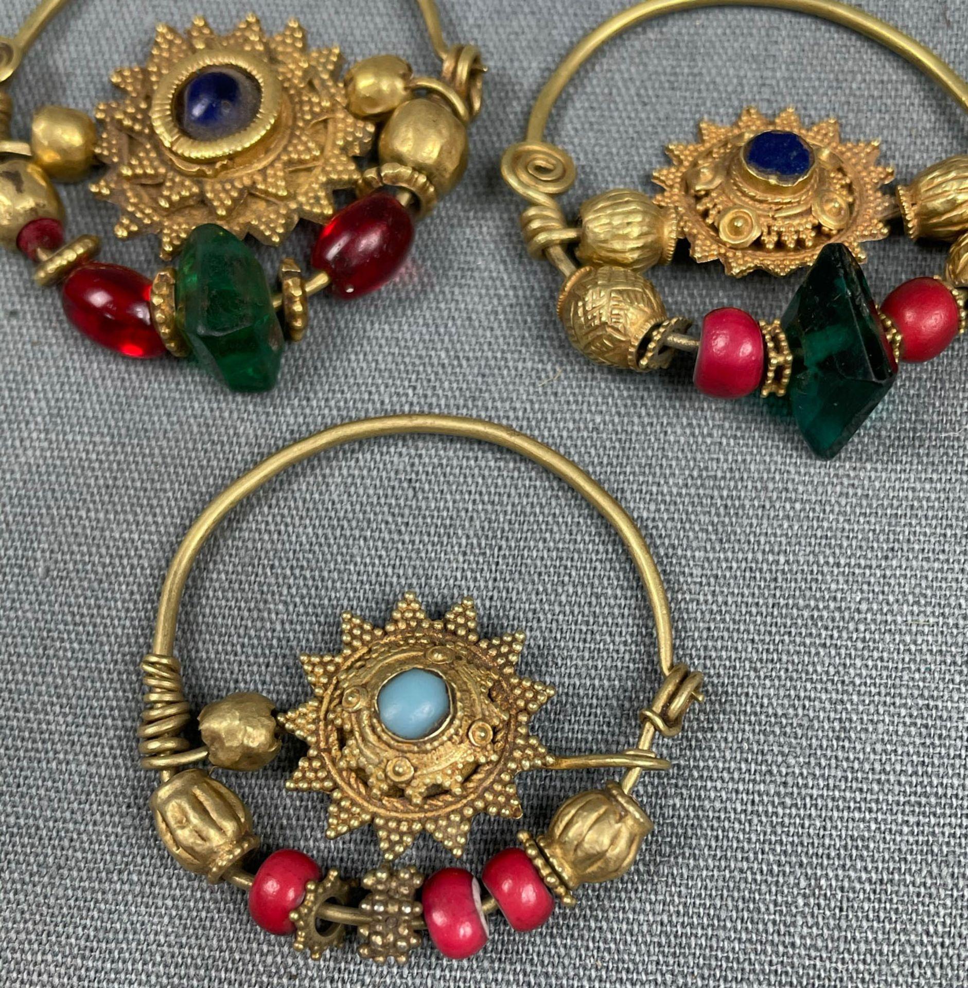 3 Anhänger, Ohrschmuck? Wohl Mogul Indien antik. Gold. - Image 6 of 10