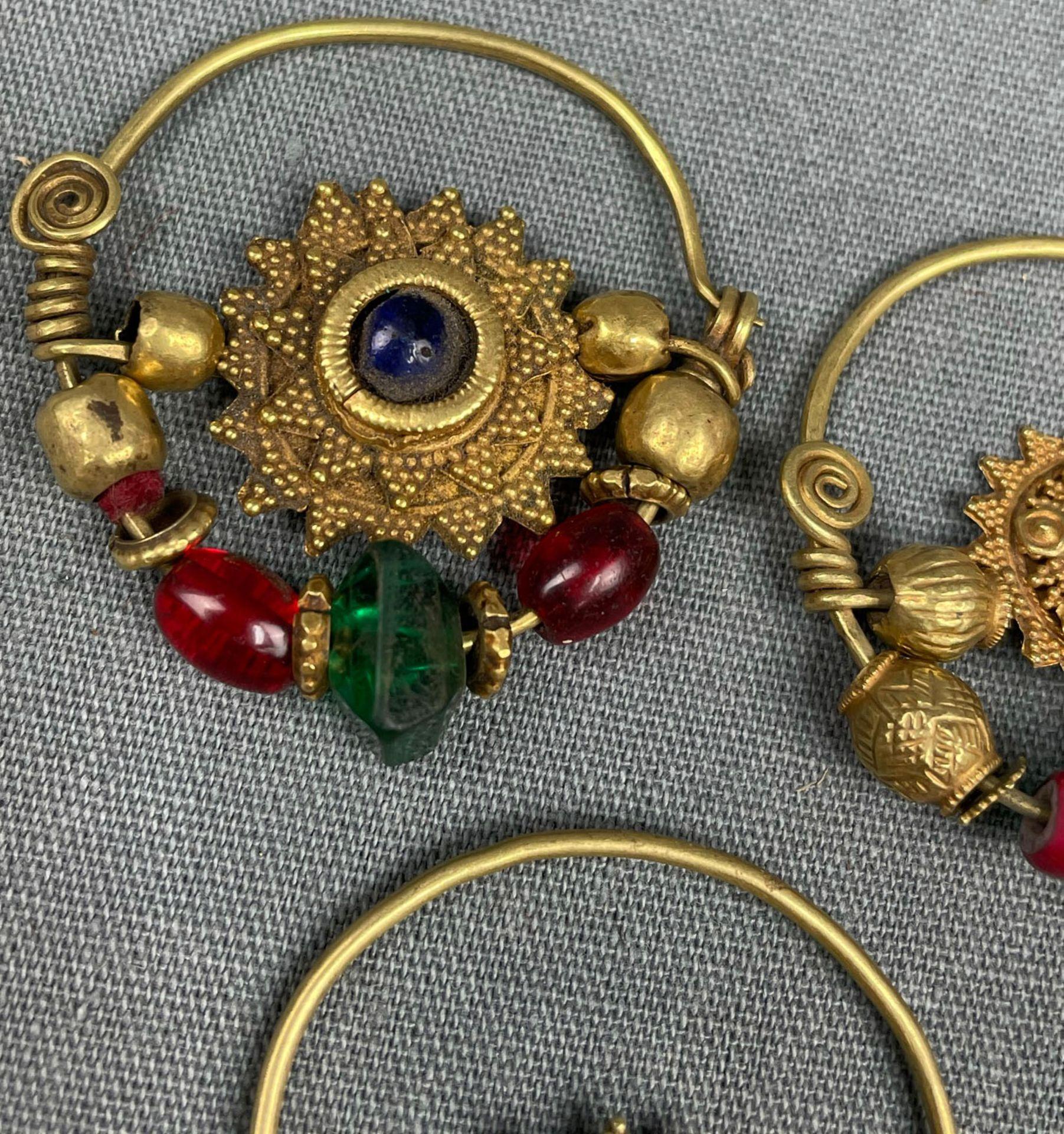 3 Anhänger, Ohrschmuck? Wohl Mogul Indien antik. Gold. - Image 8 of 10