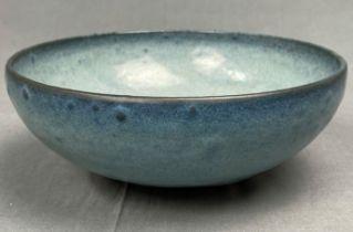 Schale. Steinzeug. China alt. Blaue Glasur im Song - Yuan Stil.