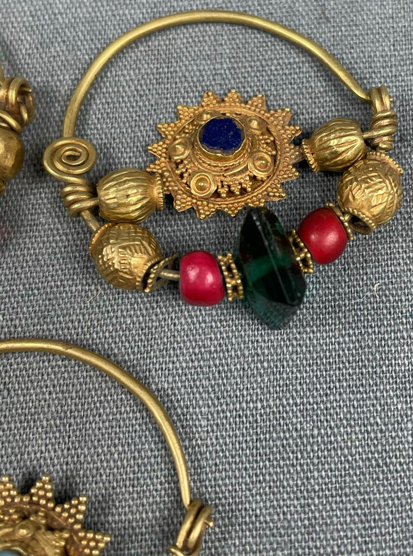 3 Anhänger, Ohrschmuck? Wohl Mogul Indien antik. Gold. - Image 7 of 10