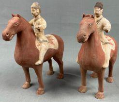 2 Reiter auf Pferd, Steingut. Terrakotta. Wohl China alt.