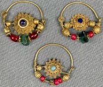 3 Anhänger, Ohrschmuck? Wohl Mogul Indien antik. Gold.