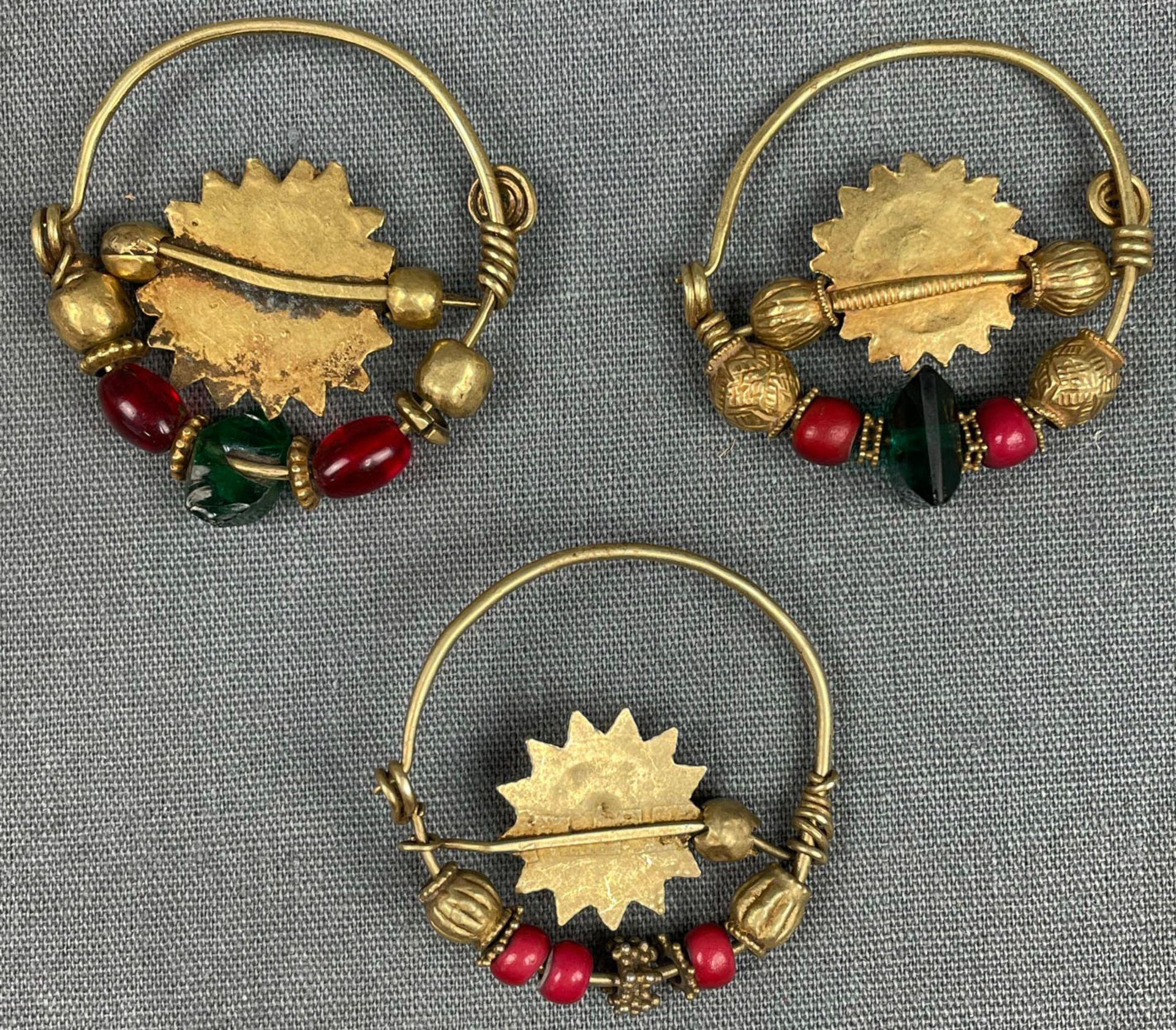 3 Anhänger, Ohrschmuck? Wohl Mogul Indien antik. Gold. - Image 2 of 10