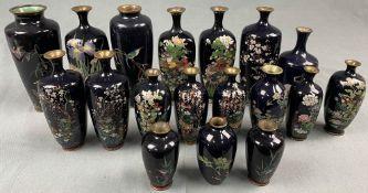 18 Cloisonné Vasen. Wohl Japan, China alt. Mit blauem Fond.