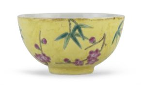 A SMALL CHINESE POLYCHROME PORCELAIN BOWL. EARLY 20TH CENTURY.