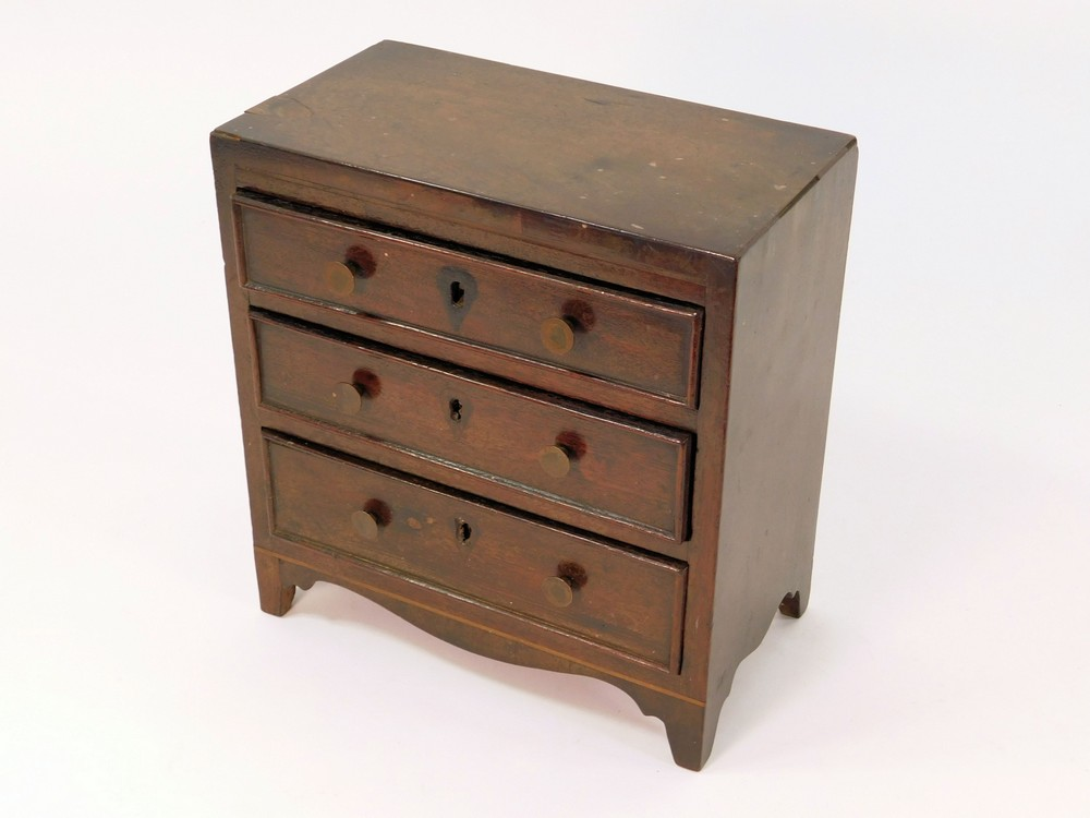 MINIATURE CHEST. - Image 2 of 2