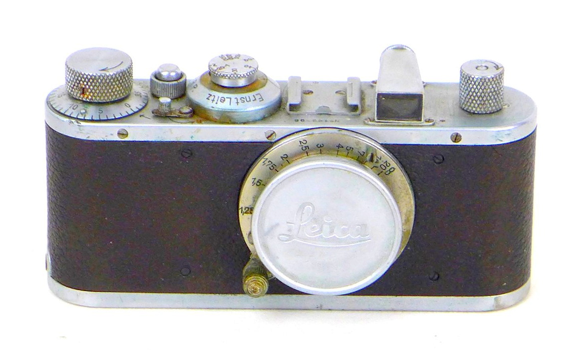 A vintage 1930s Leica camera, with Leitz Elmar 1:3.5 f=50mm lens, serial no. 168496, with chrome and - Image 2 of 8