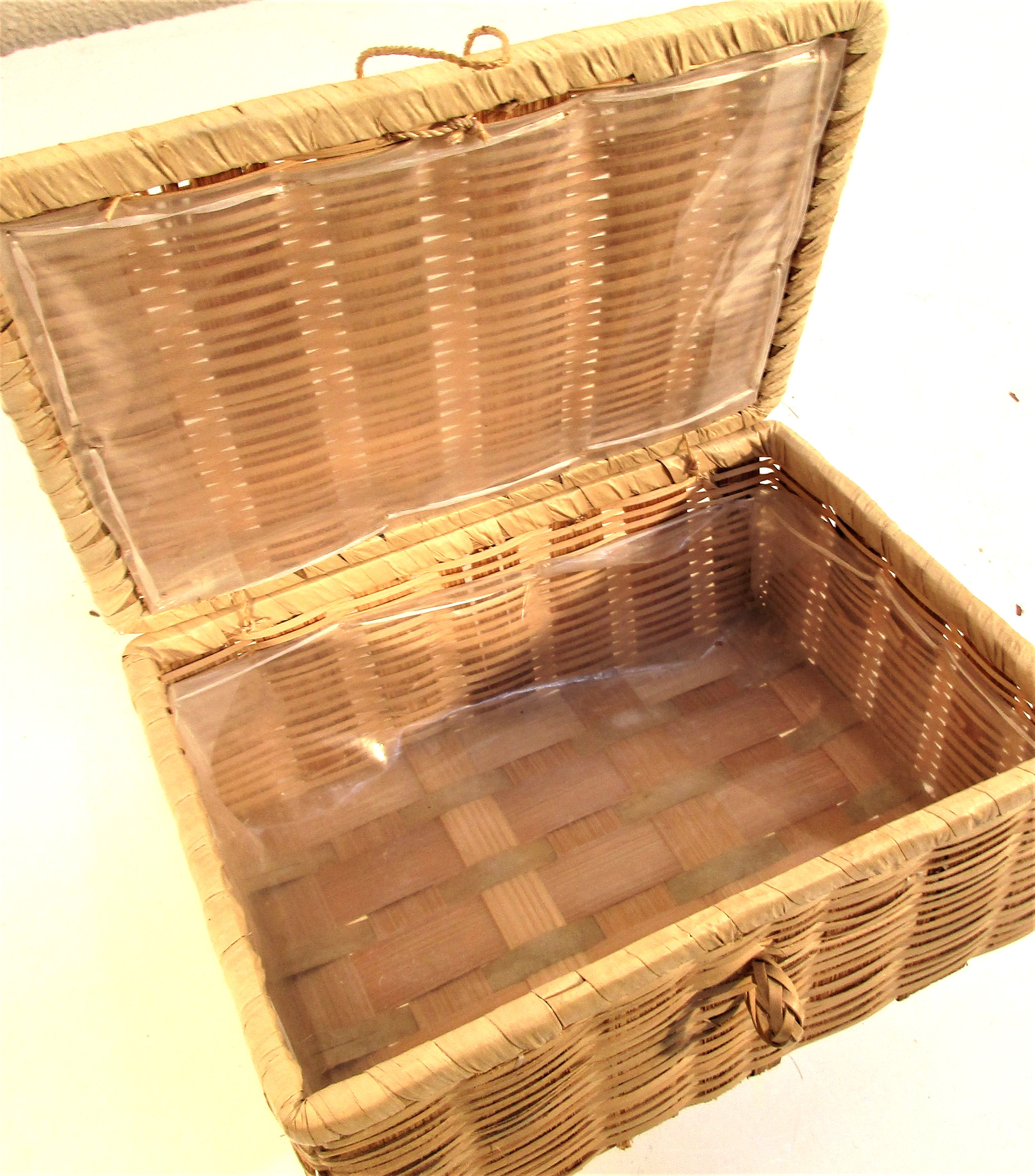 Square storage basket with lid and plastic lining. 19 x 14 x 8cm. - Image 2 of 2