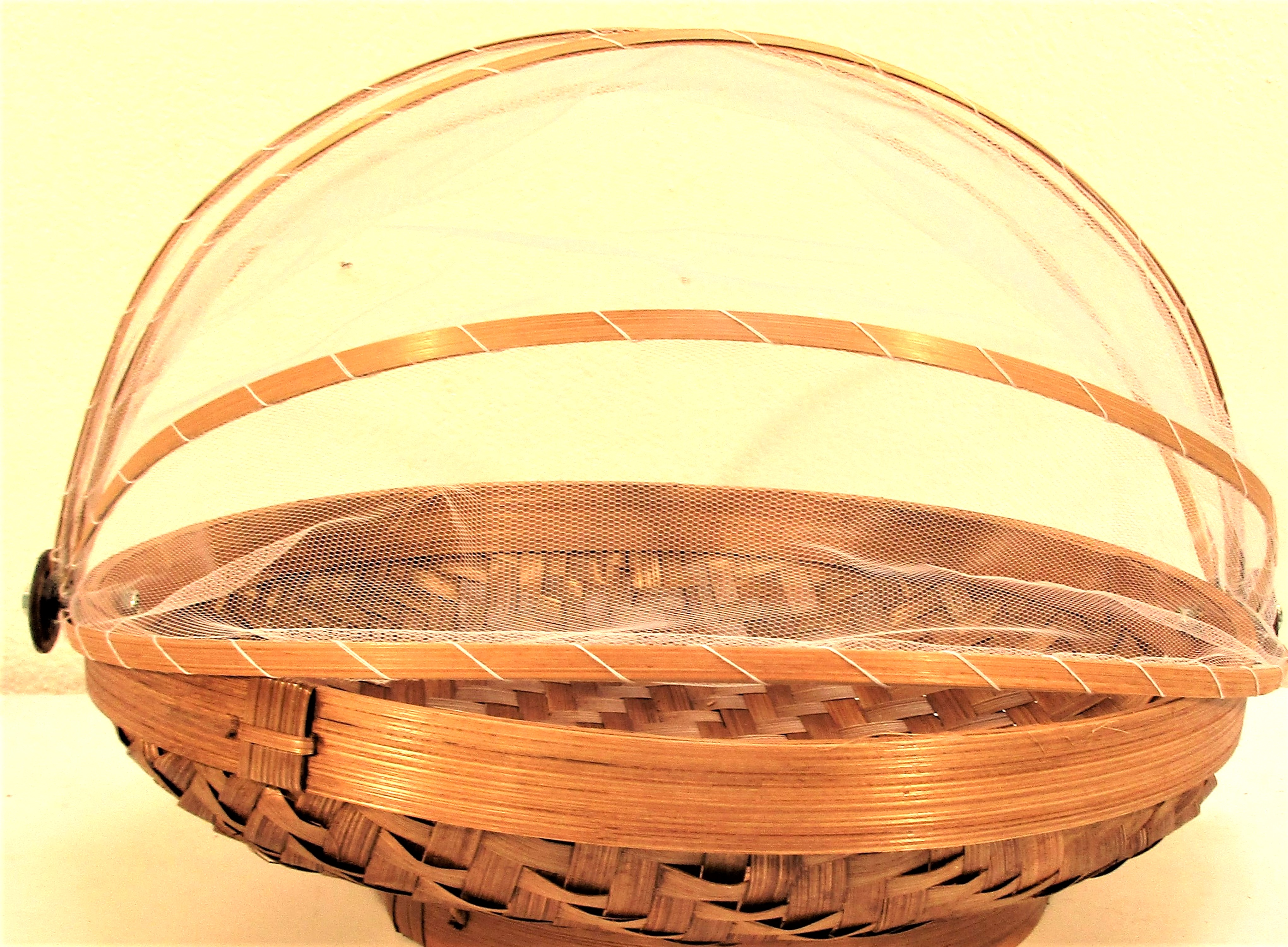Set 3 fruit baskets, rattan with net cover. These are used in every household in Java. 38 + 30 + - Image 4 of 4