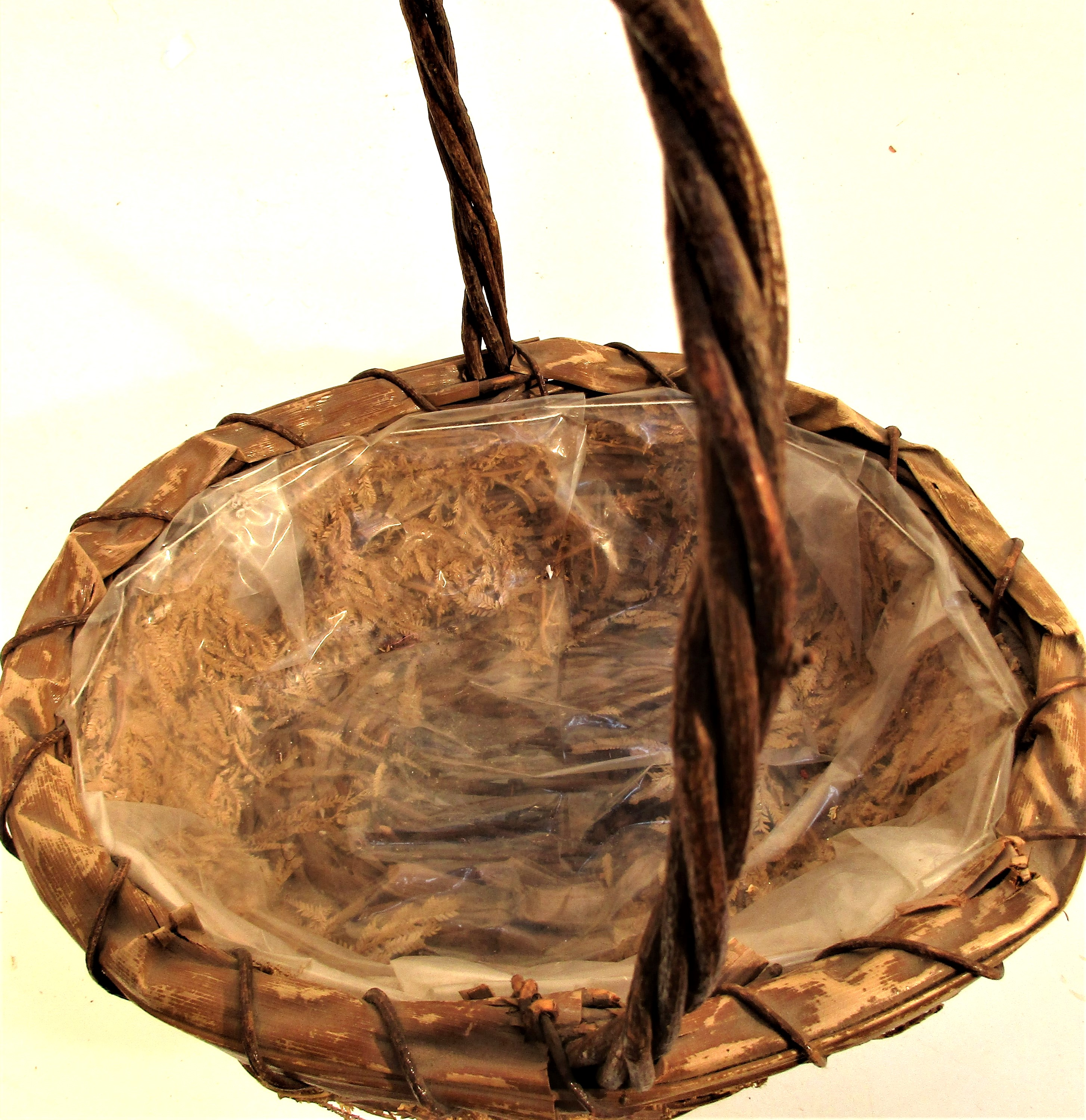 Basket with long handle, fern decoration and plastic lining. 25 x 25cm. - Image 2 of 2
