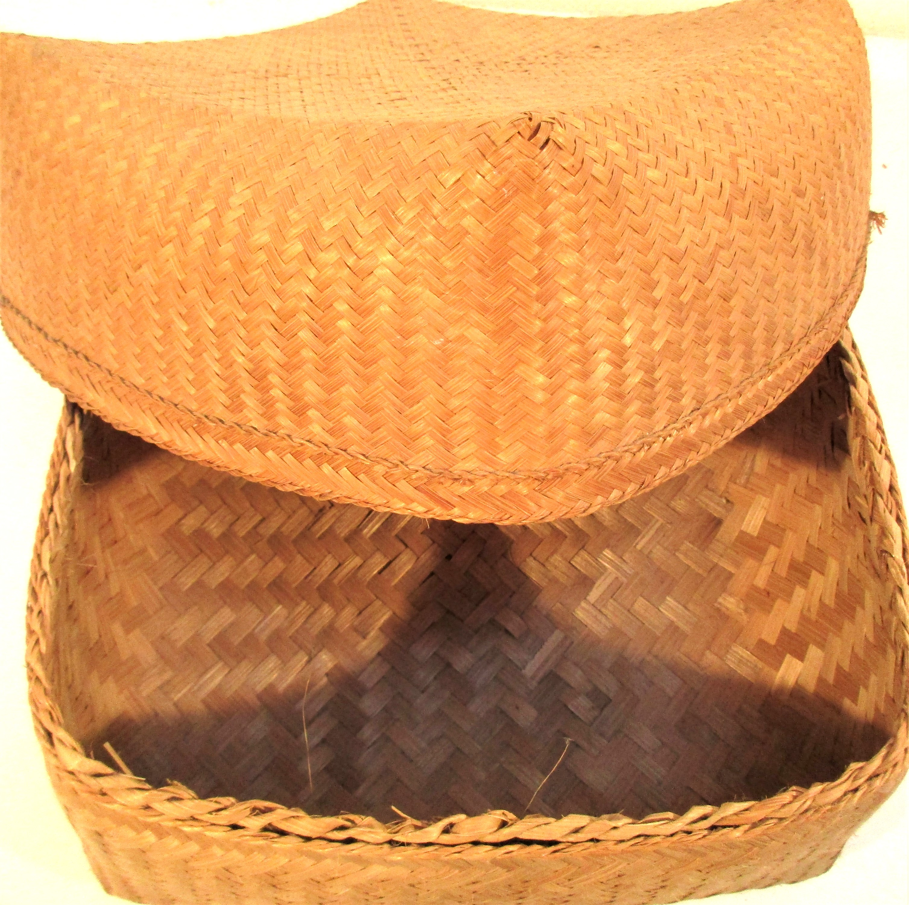 Traditional Lombok rice storage basket with lid. 28 x 28 x 17cm. - Image 2 of 2