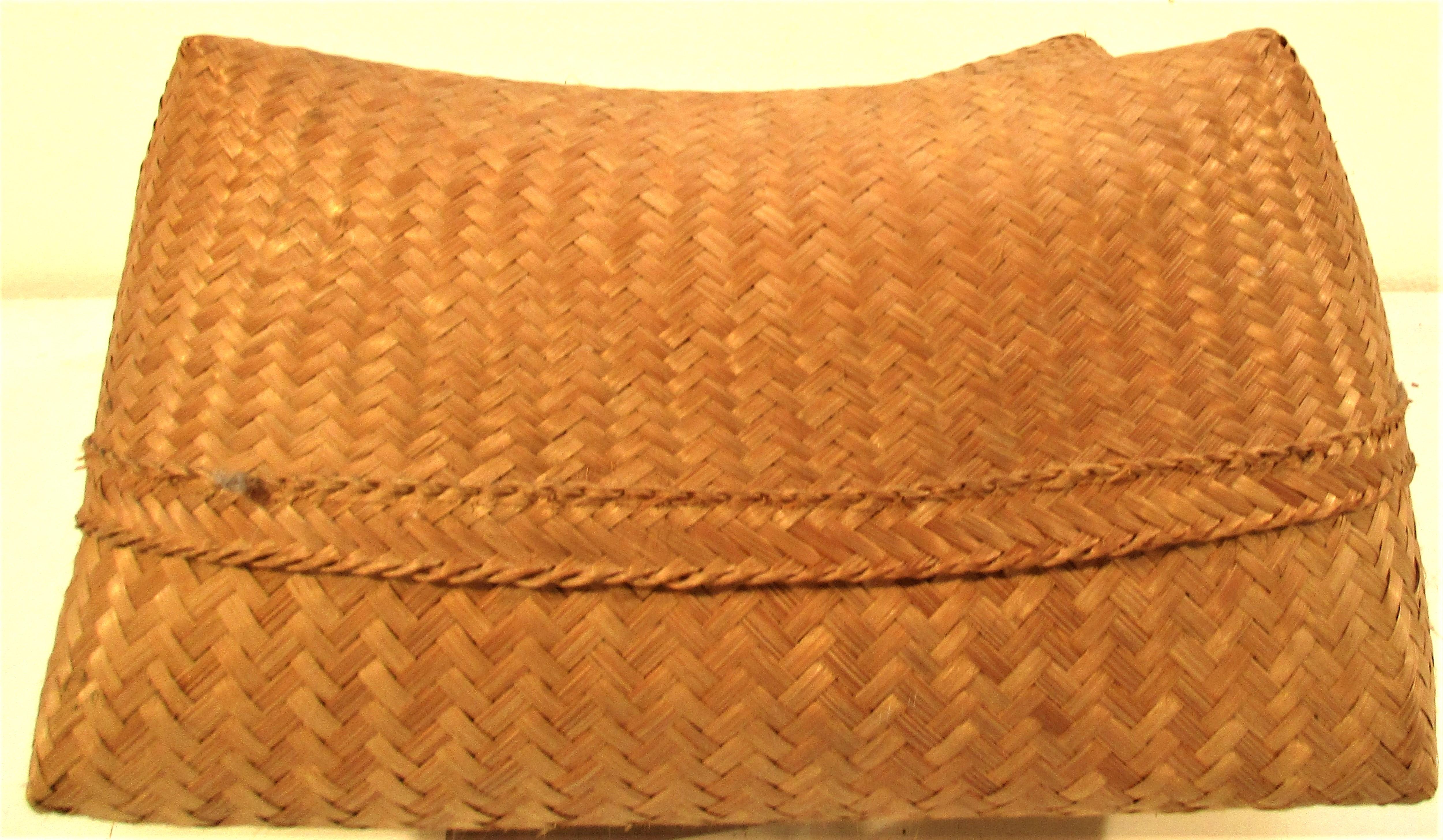 Traditional Lombok rice storage basket with lid. 28 x 28 x 17cm.